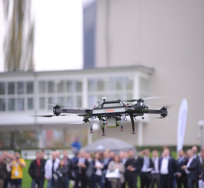 Kuvassa RIEGL RiCOPTER ja VUX1-UAV-skanneri vuoden 2014 Intergeossa. Tänä vuonna messuilla nähdään myös VUX-skannerin uutuusmallit.